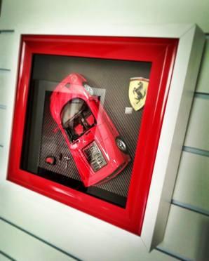 Molduras vão muito além de gravura e pinturas, Miniatura de Ferrari F-50 emoldurada com conjunto de ferramentas e escudo Ferrari em 3D.